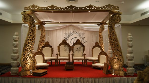 Front view of 4 pillar setup with matching chair set